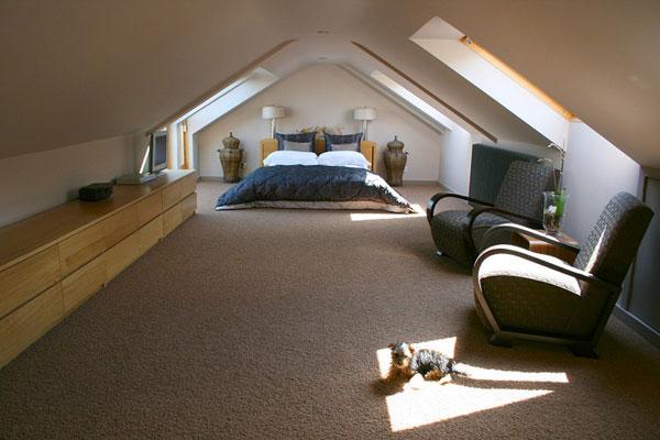 dormitor la mansarda amenajat frumos