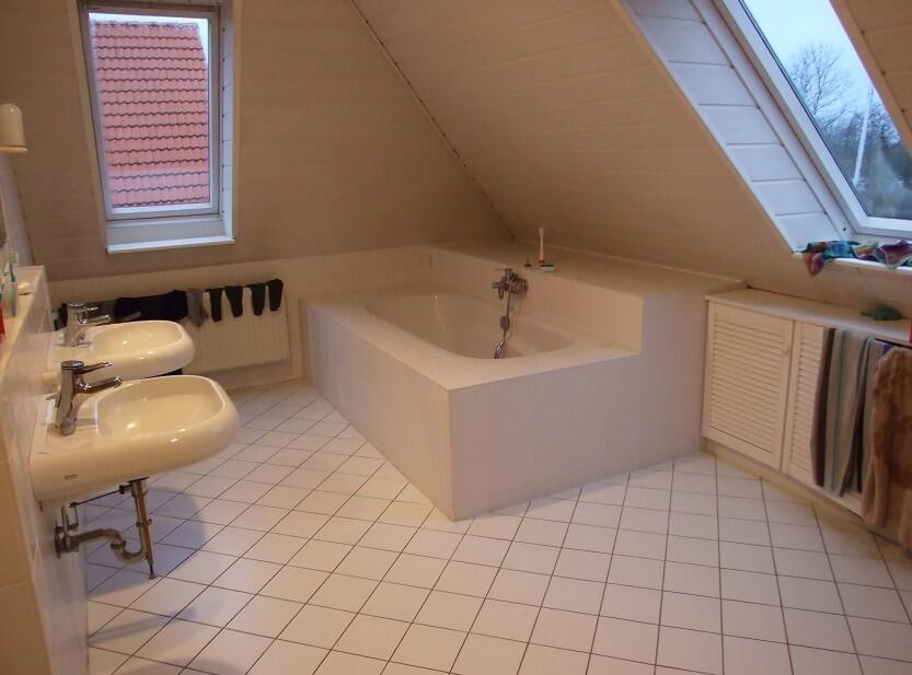 baie amenajata la mansarda in podul casei