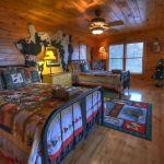 dormitor amenajat cu lambriu din lemn