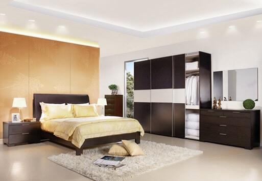 dormitor crem mobilier maro