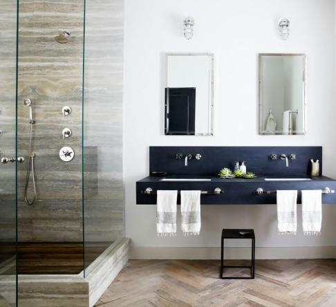 baie moderna cu dus de sticla si parchet clasic
