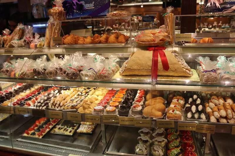 Vitrine de doces do Ferrara Café