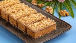 Prăjitură cu blat de bezea și nucă