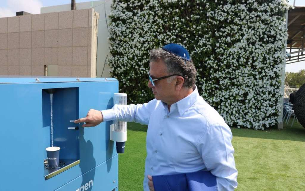 Pénurie d'eau potable: Une entreprise israélienne convertit l'air en eau pour les pays sous-développés
