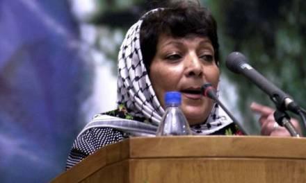 """Une université de Californie accueille la célèbre terroriste palestinienne Leila Khaled pour un événement sur la """"Résistance"""""""