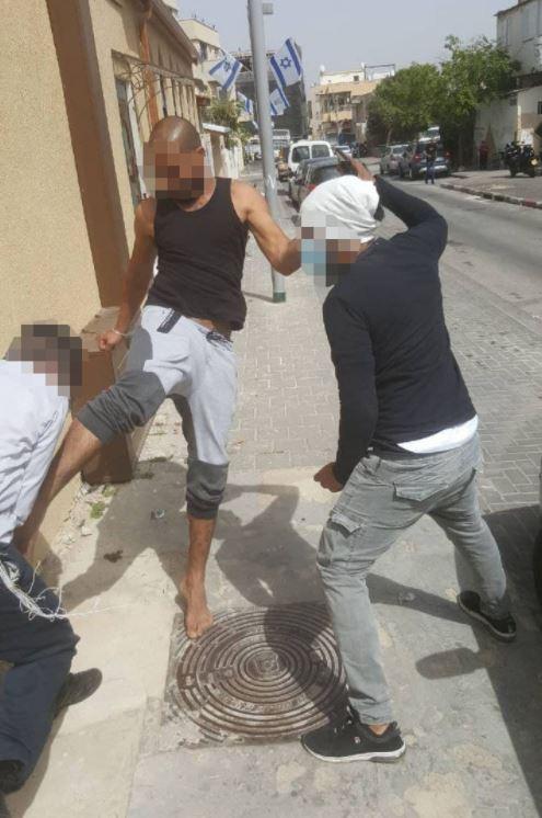 Une image de l'incident montrant deux hommes attaquant le rabbin Eliyahu Mali à Jaffa.