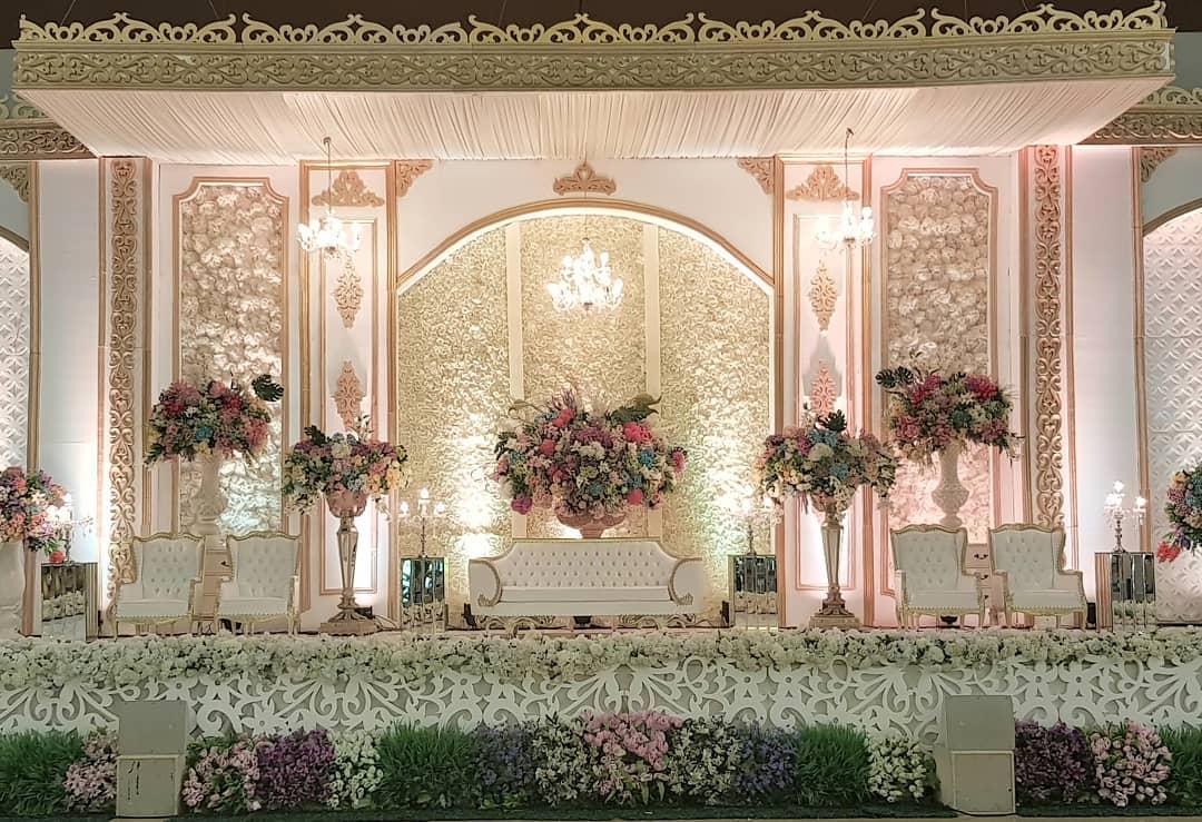 Dekorasi Pelaminan Klasik Berwarna Putih