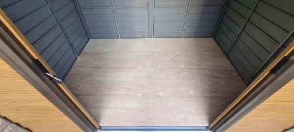 רצפה פנימית למחסן גינה - בירץ