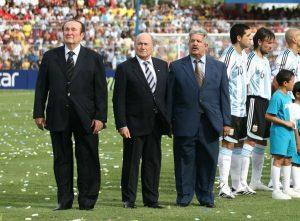 Nicolás Leoz, Sepp Blatter y Rafael Esquivel durante la final de Copa América en 2007.