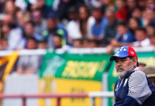 Diego Maradona con gorra tricolor.