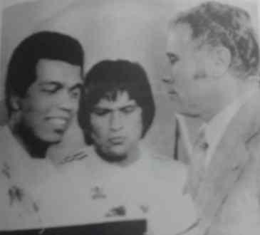 Lázaro Candal entrega a Teófilo Cubillas el premio al Mejor de América. Los observa Hugo Sotil.