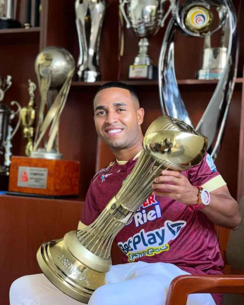 Yohandry Orozco con el trofeo del fútbol colombiano