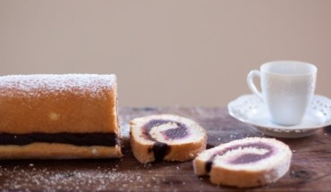 Κέικ ρολό γεμιστό με πραλίνα φουντουκιού