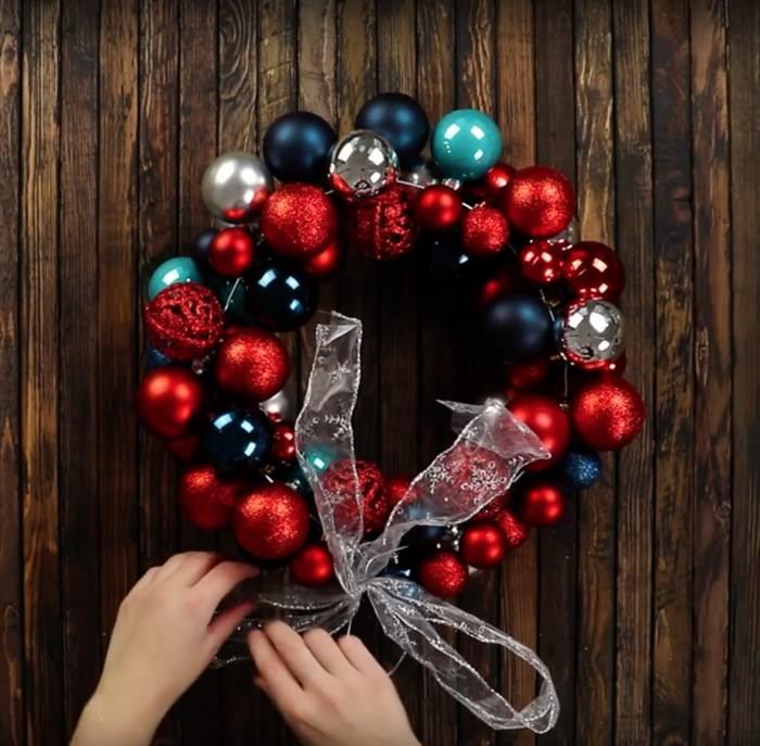 Παίρνει μερικές Χριστουγεννιάτικες Μπάλες και τις Κολλάει πάνω σε μια Κρεμάστρα. Το αποτέλεσμα; Ο,τι Καλύτερο για τις Γιορτές! 6