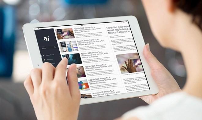 programação: mulher no tablet vendo notícias