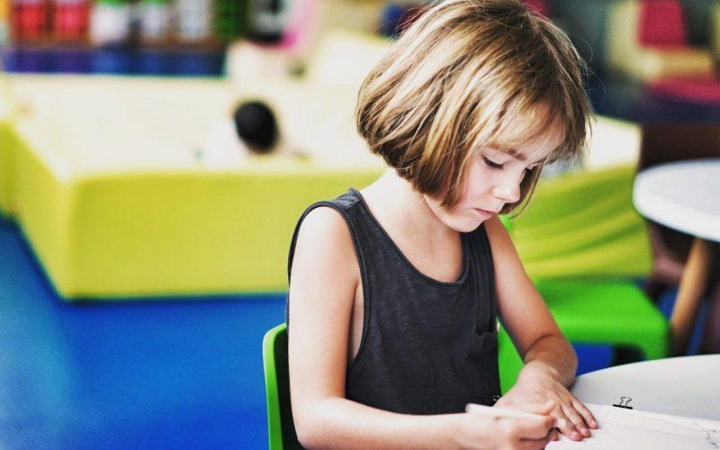 aprender na infância: criança na aula