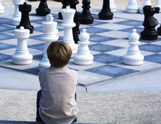 Pensamento lógico: quais atividades recomendadas para desenvolver criança vendo xadrez
