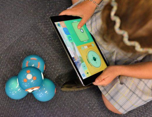 menino controlando um robô pelo tablet