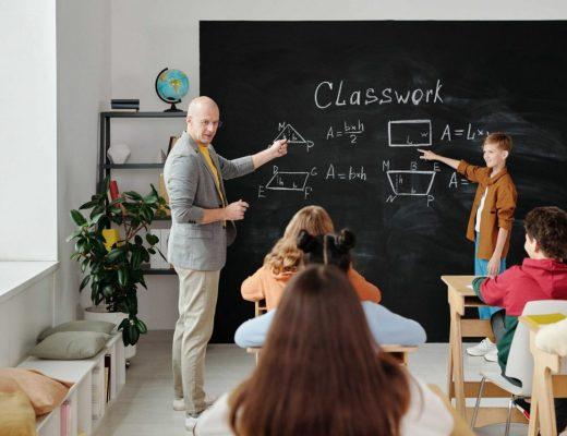 professor dando aula para estudantes