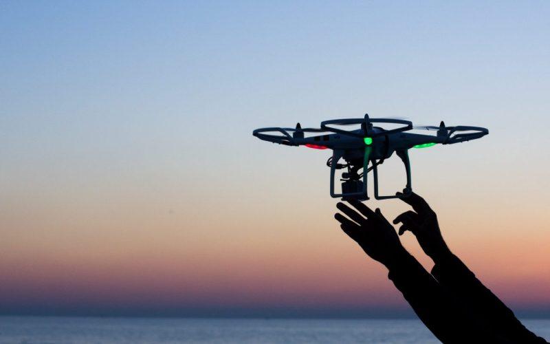 imagem de uma mão segurando o drone