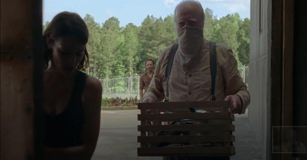 Un cliché de l'épisode 3 de la saison 4 montre Hershel qui va aider ceux qui sont en quarantaine.