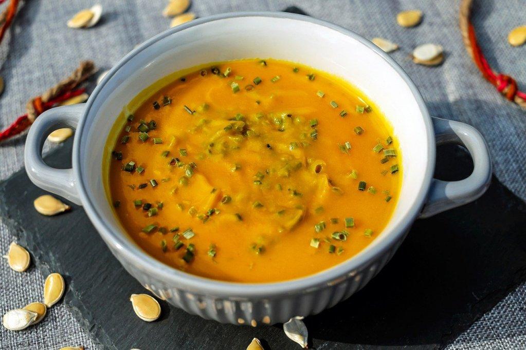 Karottensuppe mit Schnittlauch
