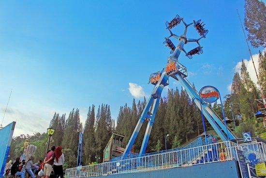 wahana Tsunami di Funland Mickey Holiday