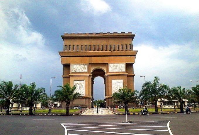 Monumen Simpang Lima Gumul - Wisata Kediri