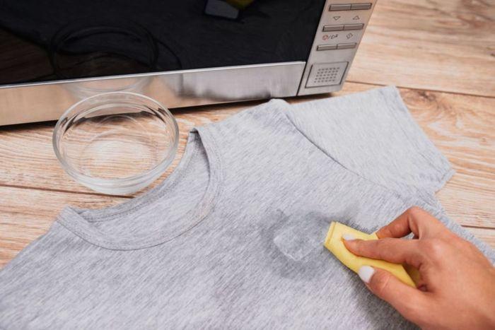 Bersihkan Bekas Sablon Baju Pakai Minyak Kayu Putih