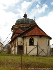 Wielkie Oczy. Dawna cerkiew greckokatolicka p.w. Św. Mikołaja Cudotwórcy z 1925r. Po 1947r. nie była już użytkowana, pełniła rolę magazynu i popadała w ruinę. Dziś konstrukcja grozi zawaleniem, teren ogrodzono. Cerkiew w Wielkich Oczach, mimo że do najstarszych nie należy, jest jednak wyjątkowa. Jako jedyną w południowo-wschodniej Polsce zbudowano ją wykorzystując mur pruski. Jest też cerkiew w Wielkich Oczach oprócz dawnej synagogi i XVII-wiecznego zespołu klasztornego pamiątką dawnego kresowego miasteczka, w którym splatały się ze sobą różne kultury i wyznania…