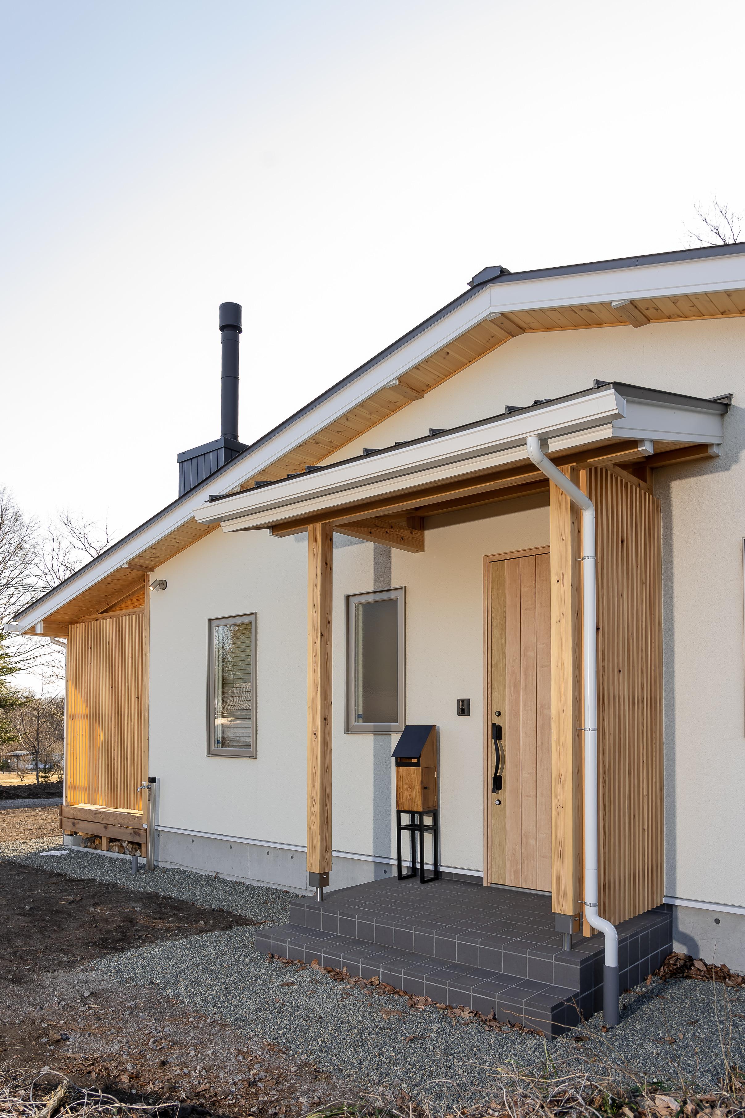 3.玄関はポーチ屋根に縦格子で和の趣きを