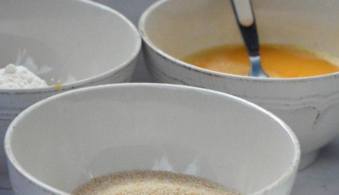 Krokettene skal først vendes i hvetemel, så sammenvispet egg og deretter strøbrød. Gjør du klar alt på forhånd, går alt så mye raskere.