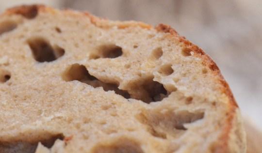 Rundstykkene fikk lufte og fine hull innvendig, og den karakteristiske seige og saftige konsistensen som er typisk for brød basert på surdeig.