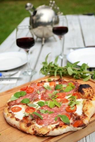 Rød pizza med salami. Oppskrift: http://ienkelhet.com/2015/08/22/steingodt/