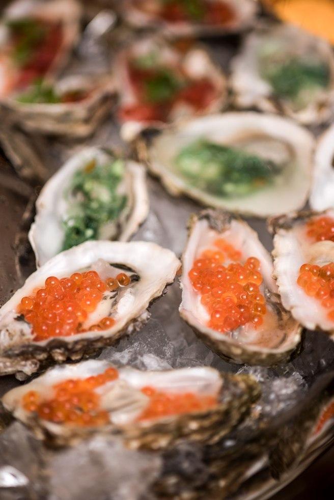 Østers er perfekt som en aperitif i middagsselskap fordi man vanligvis ikke trenger altfor mange.