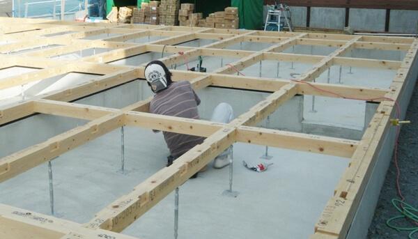 注文住宅ー木造在来工法での建方工事の土台敷き写真