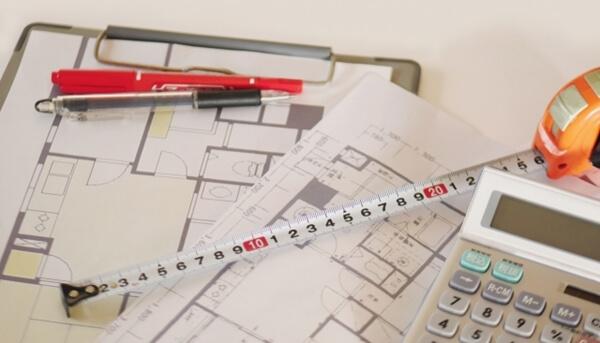マイホームの設計図面が打合せ通りに出来ているかをチェックしているところ