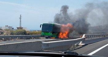 На южном шоссе Тенерифе TF-1 сегодня сгорел пассажирский автобус