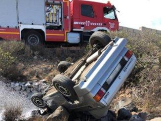 Пожарные освободили мужчину из ловушки в перевернувшейся машине