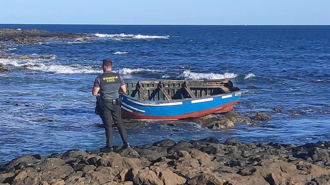 Погода хорошая, туристы с соседнего материка радостно плывут на Канары с подарками