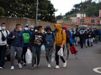 Мигрантам не нравится лагерь на севере Тенерифе: холод, грязь, мало еды и технологий