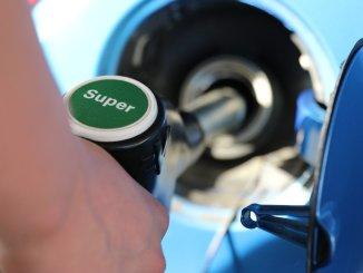 Несмотря на некоторое падение цен, топливо остаётся дороже, чем в 2020-м году