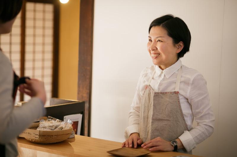 お客さんとの会話に笑顔の小倉さん。