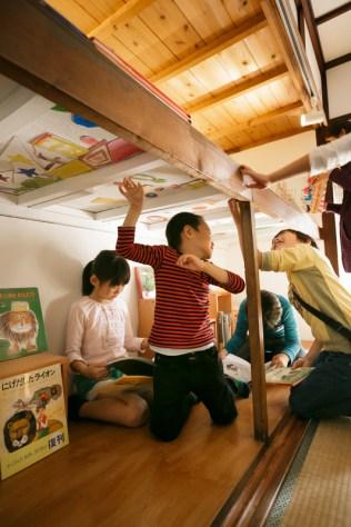 押入れの下側の天井には子どもたちの描いた絵がマグネットに。造形作家の平山さんのアイデアだそう。