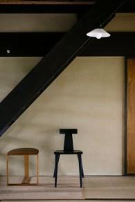 階段の下に椅子が置いてあり、なんだか絵になる空間です。