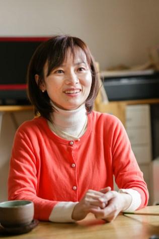 秋山さん。ぱっと花が咲くような笑顔が印象的です。