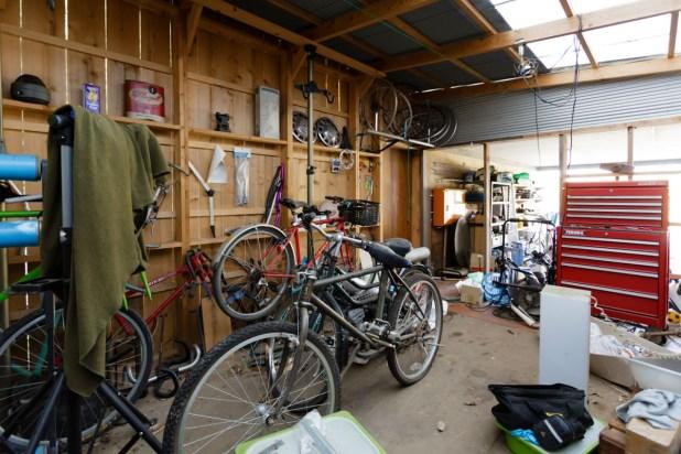 倉庫にはこれから直すと思われる自転車が何台も!