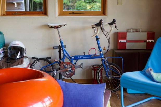 部屋の端にはきれいな青色の折りたたみ自転車が。