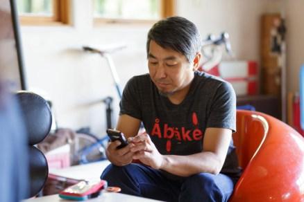 おもむろに携帯を取り出す永野さん。
