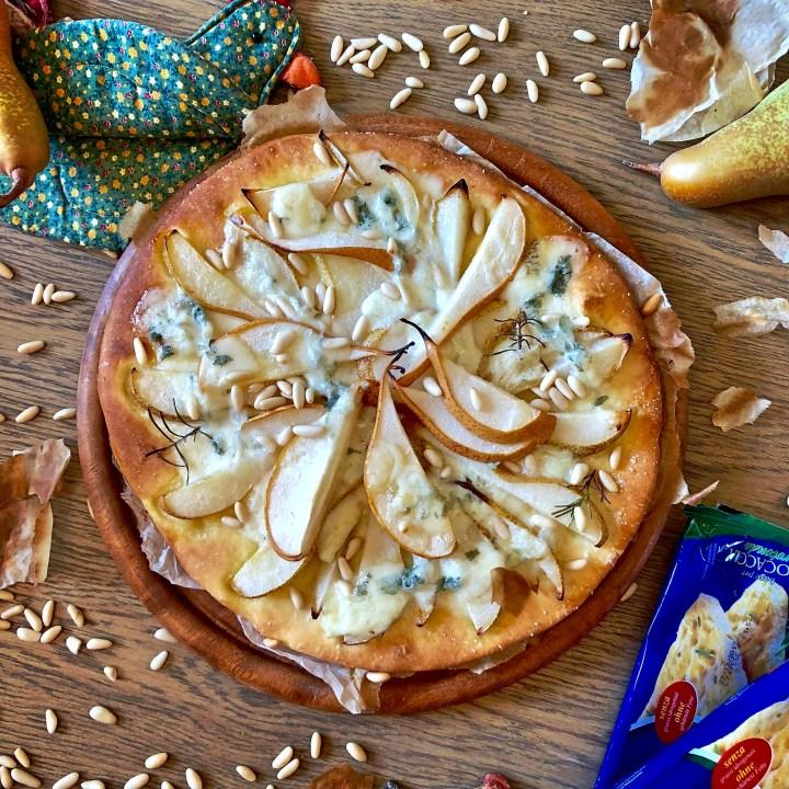 Focaccia pere gorgonzola e pinoli
